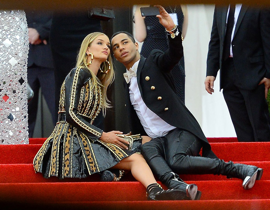 Rosie Huntington-Whiteley and Olivier Rousteing take selfies on the red carpet
